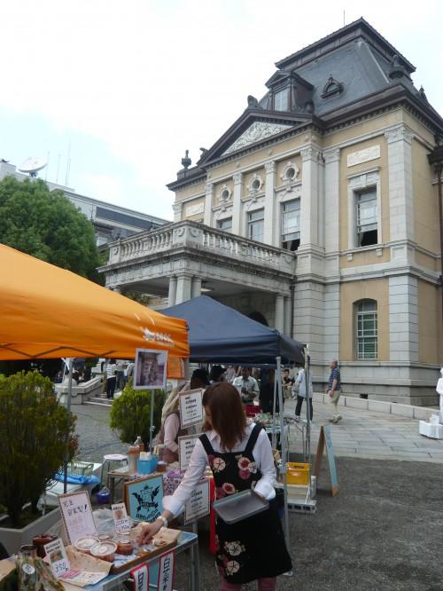 明治時代に建てられた庁舎やその周りのスペースにたくさんのお店が